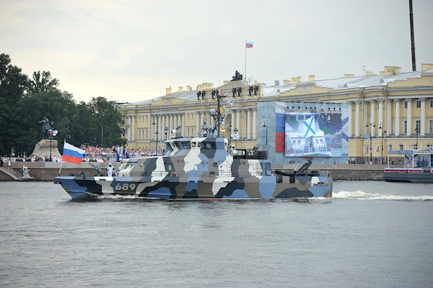 Preparación para el desfile naval en san petersburgo en el río neva