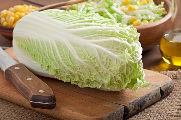 Preparación de ensalada de col china