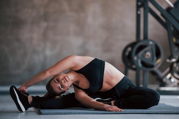 Preparación para el entrenamiento. foto de hermosa mujer rubia en el gimnasio en su fin de semana