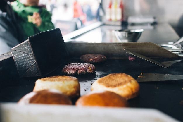 Preparación de hamburguesa en camión de comida