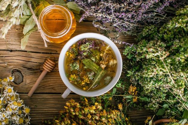 Preparación de hierbas, homeopatía, flores secas y miel.