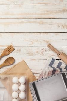 Preparación para hornear, vista superior de una variedad de utensilios e ingredientes para hornear