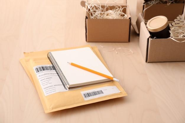 Preparación de paquetes para su envío al cliente en la mesa.