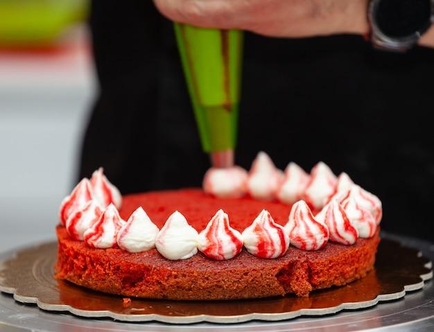 Preparación de pastel de terciopelo rojo.