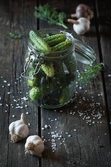 Preparación de pepinos en vinagre bajos en sal