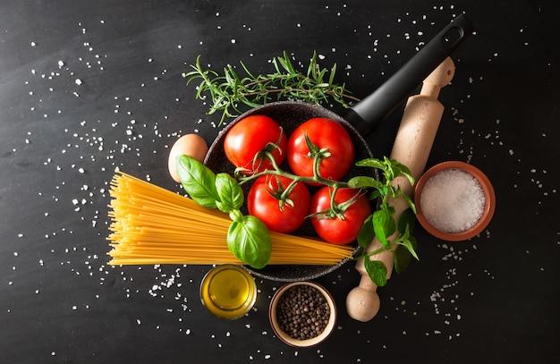 Preparación de un plato de pasta italiana.