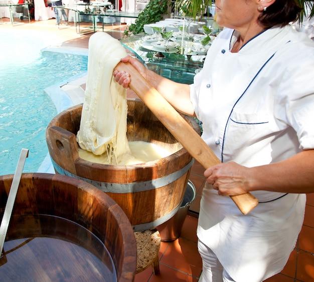 Preparación de queso mozzarella filante en restaurante
