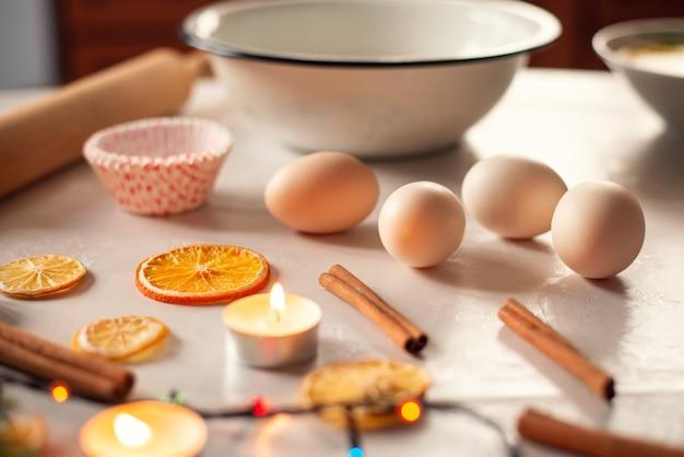 Preparaciones para hornear pasteles navideños, pan o galletas.