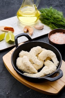 Preparado para freír camarones crudos en empanizado de queso con especias