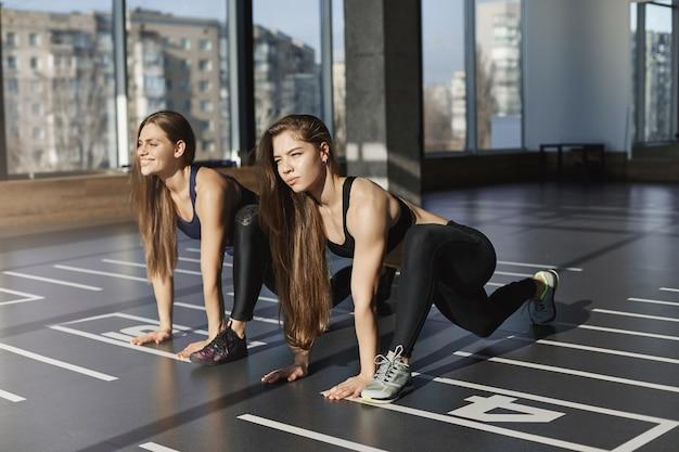 Preparados listos ya. dos mujeres atractivas motivadas y enfocadas, s