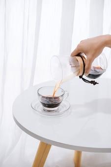 Preparando café de goteo nel. instrucciones de cocción paso a paso. el café está listo. barista vertiendo café en la taza