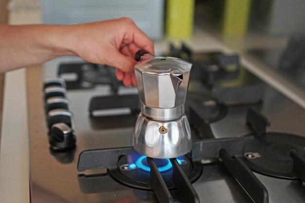 Preparando un café con una máquina italiana vintage para hacer casero