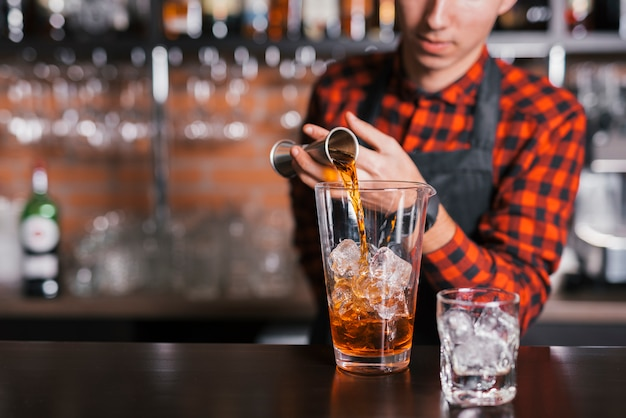 Preparando un coctel en un bar