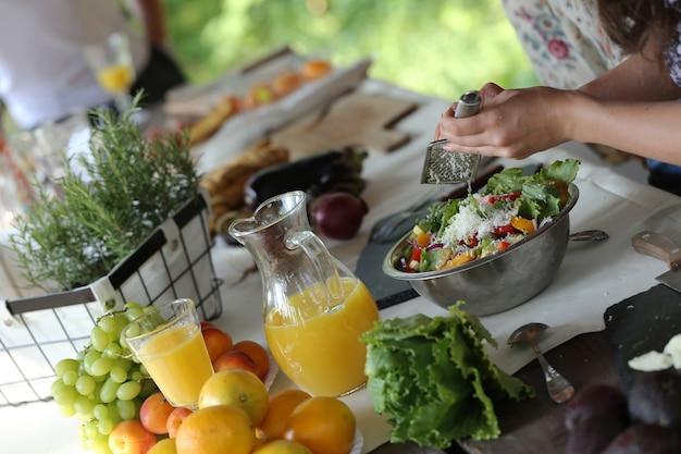 Preparando comida para picnic