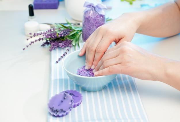 Preparando las manos para la manicura.