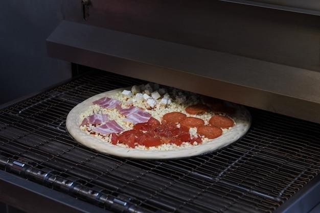Preparando pizza en horno