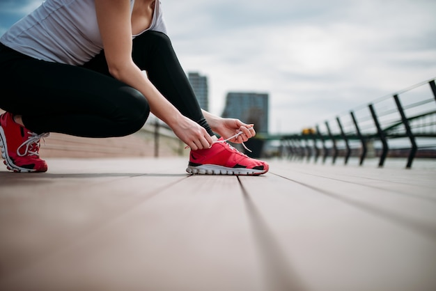 Preparándose para una carrera. atar cordones de los zapatos.