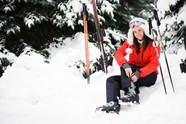 Preparándose para esquiar, abrochándose las botas.