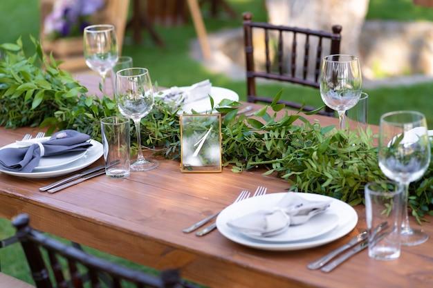 Preparándose para una fiesta al aire libre. decorado con flores frescas servidas mesas. número de mesa detalles de decoracion