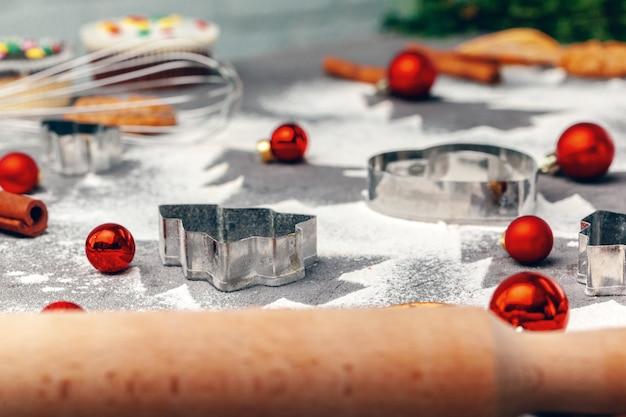Preparándose para la navidad. hornear galletas navideñas de cerca