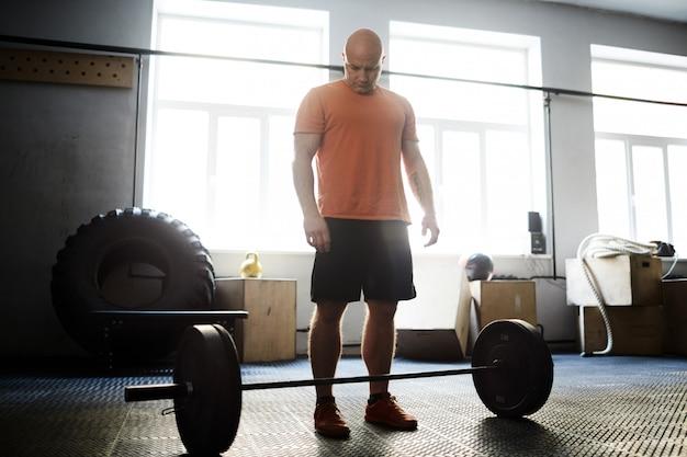 Preparándose para el peso muerto en el gimnasio