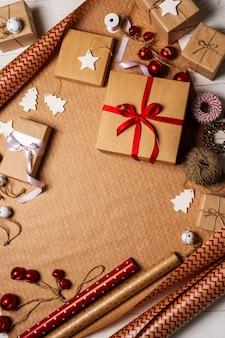 Preparándose para las vacaciones de año nuevo con cajas de regalo y accesorios de decoración.