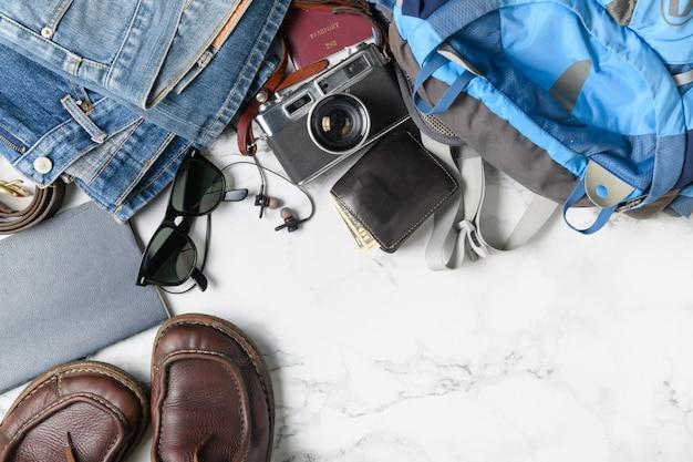 Preparar accesorios de mochila y artículos de viaje.