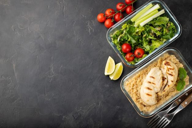 Preparar alimentos saludables en recipientes.