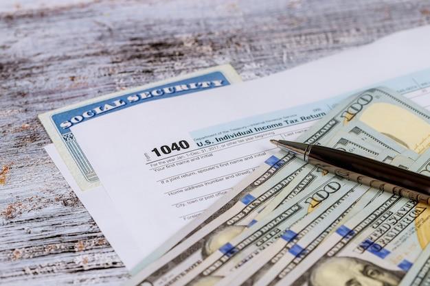 Preparar el dinero para pagar el impuesto de las declaraciones del impuesto sobre la renta.