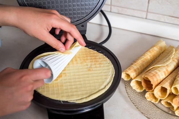 Preparar gofres en casa: gofres, batidos en el tazón e ingredientes: leche, huevos y harina. cocinar el fondo.