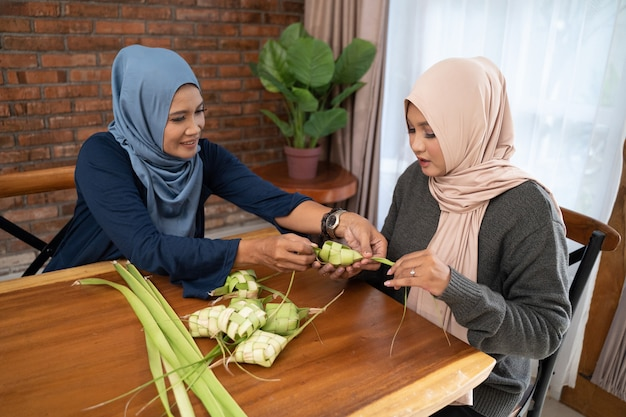 Preparar juntos la comida tradicional indonesia de ketupat