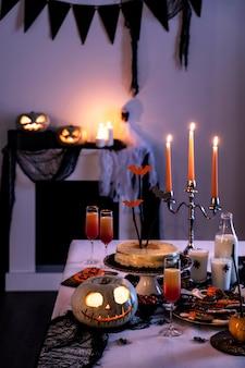 Preparativos para la fiesta de halloween en la mesa
