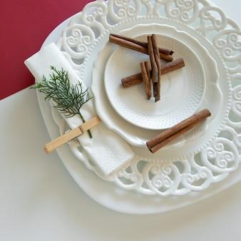 Preparativos para organizar la mesa para las vacaciones de invierno decoración de invierno diy