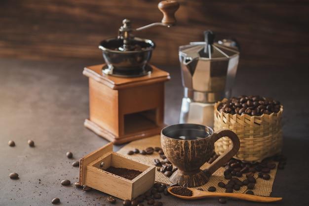 Prepare café negro en la taza de coco y la iluminación de la mañana.