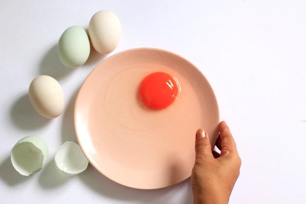 Prepare las yemas de huevo en un recipiente.