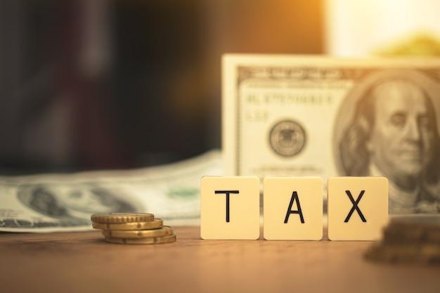 Prepárese para el concepto de reducción de impuestos. palabra de impuestos y facturas de estados unidos en segundo plano. foto de planificación empresarial