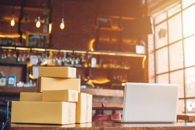 Prepárese para enviar en línea en una cafetería. la caja y el producto.
