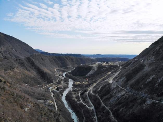 Presa del arco hidroeléctrico enguri