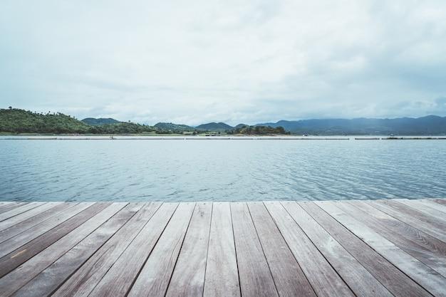 Presa srinagarind con cielo nublado en kanchanaburi, tailandia