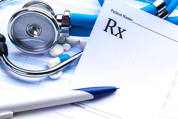 Prescripción vacía acostado en la mesa con estetoscopio