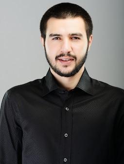 Presentación atractiva joven del modelo masculino joven de oriente medio