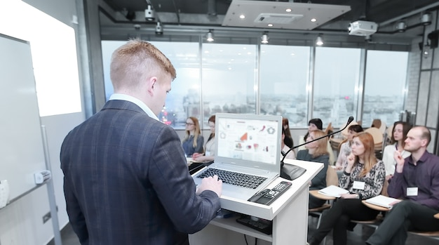 Presentación comercial. un empresario hace un informe a los empleados de la empresa.
