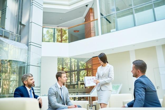 Presentación de negocios en la oficina moderna