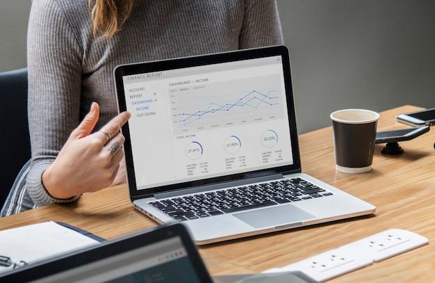 Presentación de negocios en la pantalla de un portátil