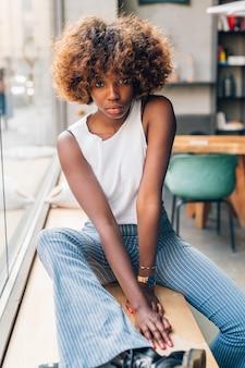 Presentación negra joven de la mujer interior