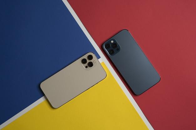 Presentación de un teléfono móvil en colores dorado y azul pacífico.