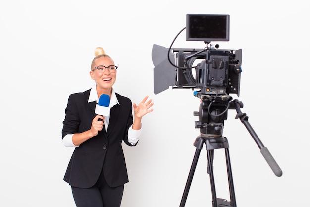 Presentador de televisión bastante rubia