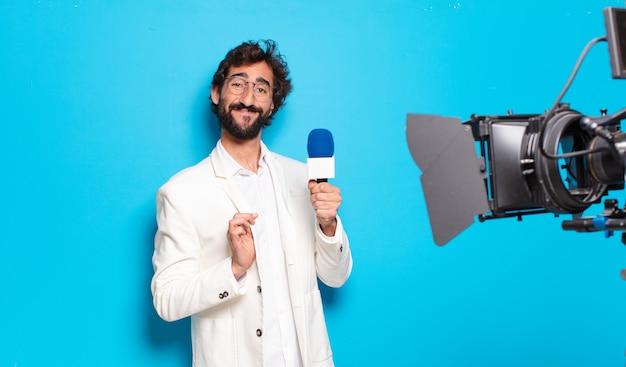 Presentador de televisión joven barbudo.