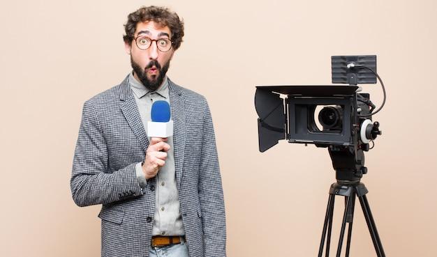 Presentador de televisión mirando sorprendido