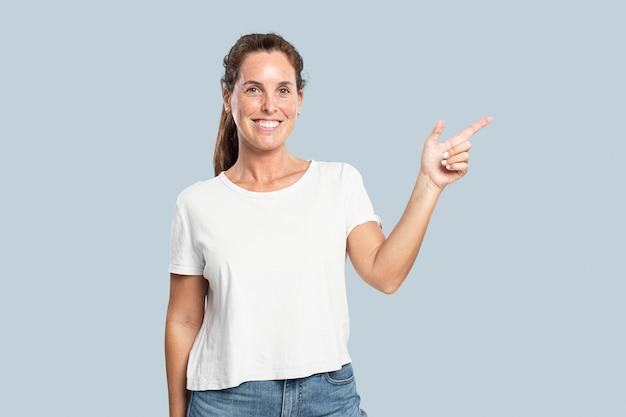 Presentadora femenina apuntando con el dedo hacia arriba en el aire